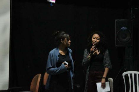 Rose e Amanda apresentando xs convidadxs da Roda de Conversa. Foto: Geovanna Buccini